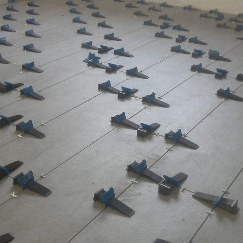 система за нивелиране на плочки