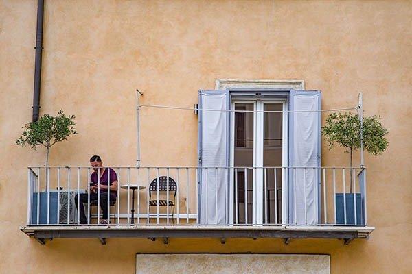 balcony-chovek