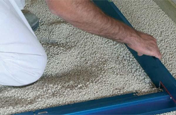 Разстилане на суха посипка за изолация и нивелация на сух под върху гредоред