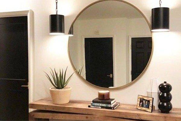 В голямо кръгло огледало се оглеждат насрещните две врати на дома.