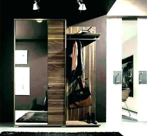 Портманто с гардероб с огледална врата в антре.