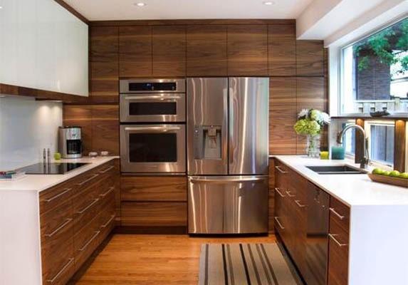 Уютна кухня в натурални цветове с обзавеждане по поръчка.