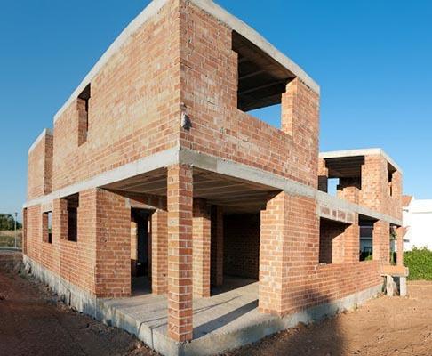 Строеж на къща с издигнати носещи стени.