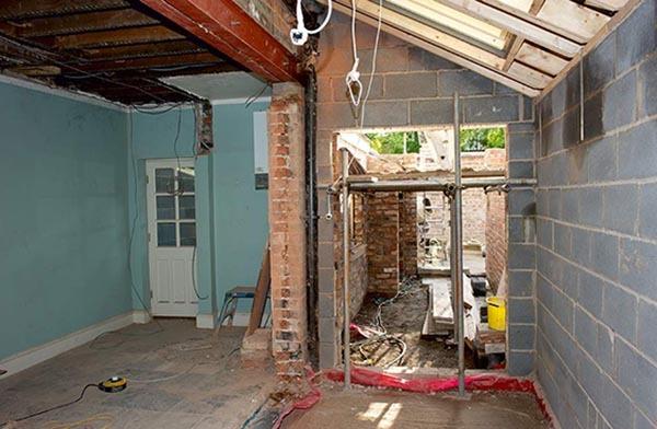 Събаряне на външна носеща стена и разширване на помещението.