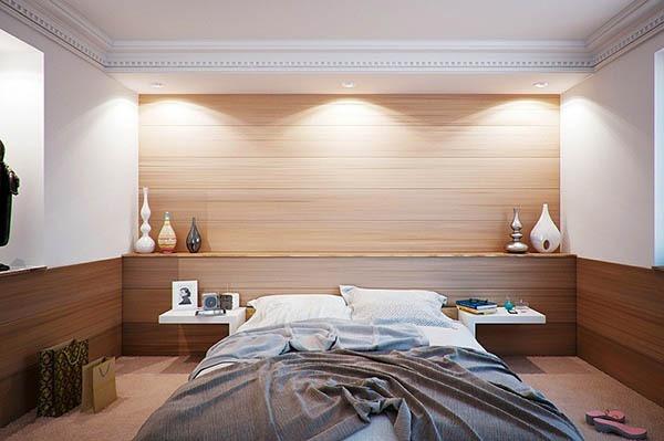 Спалня с нощни шкафчета - част от таблата на леглото.
