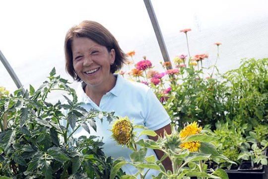 Жена в градина, създадена според правилата на алелопатията.
