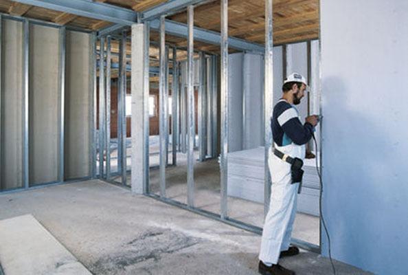 Монтаж на преградни стени при сухо строителство.