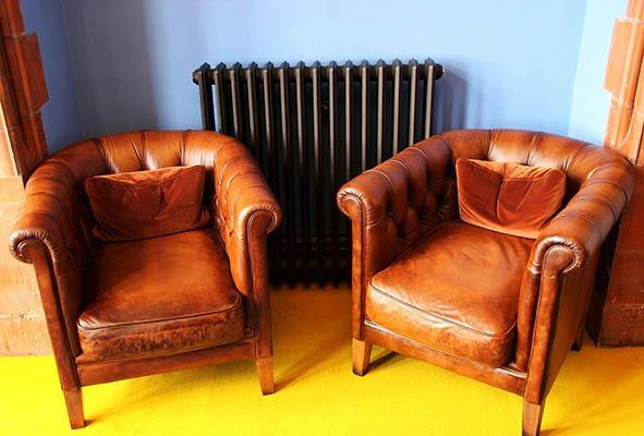 Усещане за топлинен комфорт, който струи от радиатора и двата фотьойла.