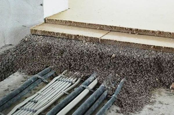 Сухата посипка не само изравнява пода, но много добре прикрива тръби, кабели и други коуникации.