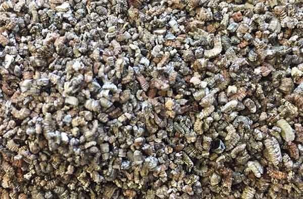 Експандираният вермикулит е много лек и затова много подходящ за суха посипка.